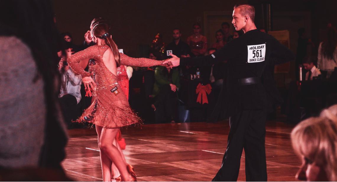 doi dansatori